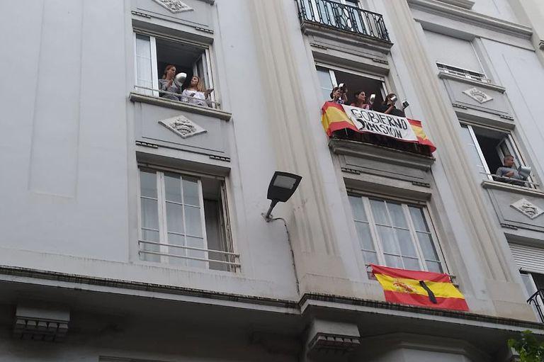 Varias personas golpean cacerolas en un balcón de la calle de Hernán Cortés en Santander.