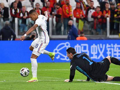 Kylian Mbappe supera a Thibaut Courtois durante el Bélgica - Francia de la Liga de las Naciones.