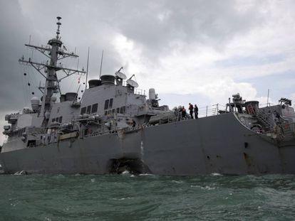 El destructor estadounidense USS John S. McCain tras la colisión.