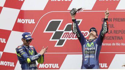 Viñales celebra la victoria ante la mirada de Rossi.