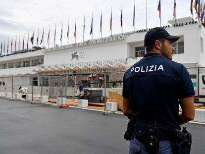 Un policía ante el edificio que acoge la sala principal del festival, en el Lido de Venecia, hoy 29 de agosto.