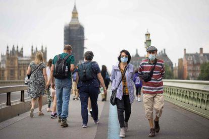 Varias personas caminan por el Puente de Westminster de Londres este lunes.
