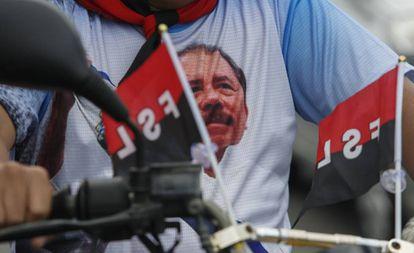 Un moticiclista viste una camiseta en apoyo al presidente Daniel Ortega, en Managua.