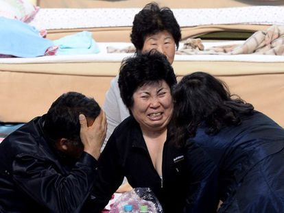 Familiares de los desaparecidos esperan noticias del naufragio.