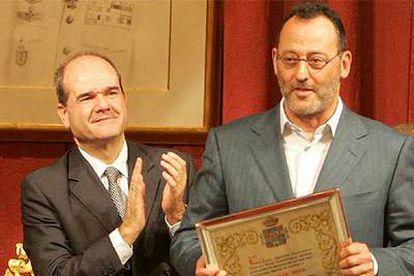 Jean Reno recoge el galardón y recibe el aplauso del presidente de la Junta de Andalucía, Manuel Chaves.