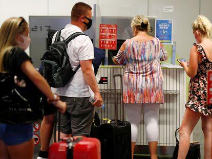 Turistas británicos en el aeropuerto de Gran Canaria, el pasado julio, a su regreso al Reino Unido