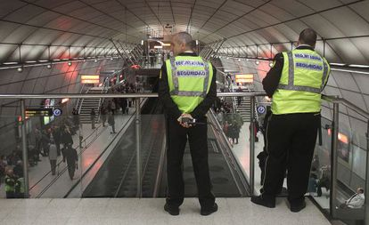 Dos guardias de seguridad vigilan una de las estaciones del metro de Bilbao.
