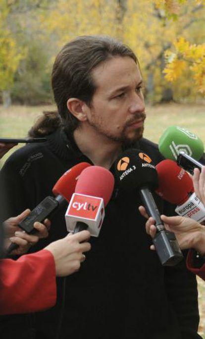 El secretario general de Podemos, Pablo Iglesias (i), atiende a los medios en el antiguo campamento de Robledo, en Segovia.
