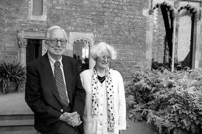 Robert Venturi junto a su esposa y socia Denise Scotte Brown, él recibió el Pritzker, ella se negó a asistir a la ceremonia.