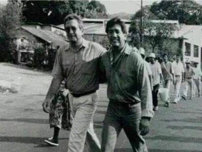 """Andrés Manuel López Obrador y Félix Salgado Macedonio, en 1994 durante una protesta contra el fraude electoral a la que llamaron """"éxodo por la democracia"""" y en la que caminaron de Tabasco a la Ciudad de México."""