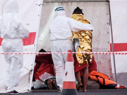Un momento de la intervención sanitaria y primera asistencia a los 79 migrantes rescatados por Salvamento Marítimo el pasado 17 de marzo al sur de la isla de Gran Canaria.