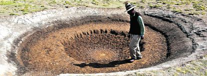 Un abrevadero para llamas seco en la provincia boliviana de Oruro.