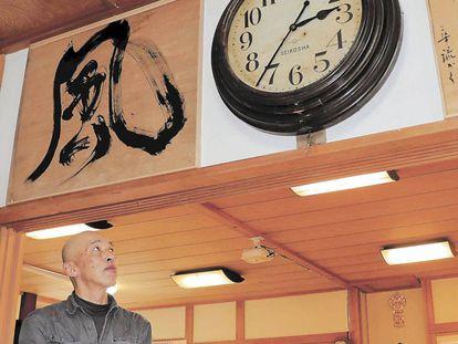 Sakano contempla el reloj de pared que ha vuelto a funcionar en su monasterio.