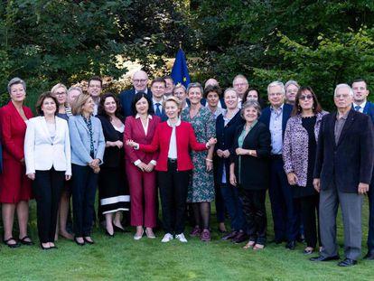 La fotografía de familia de la nueva Comisión Europea, con su presidenta Ursula von der Leyen (centro), tomada este jueves en la localidad belga de Genval.