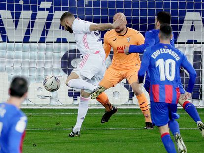 Benzema marca el primer gol contra el Eibar en Ipurua este domingo.