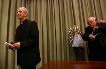 El arzobispo Mario Poli (izquierda) y monseñor José Arancedo anuncian en Buenos Aires la desclasificación de los archivos de la Iglesia sobre la dictadura.
