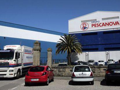 Un camión sale de una planta de Pescanova en Chapela, cerca de Vigo
