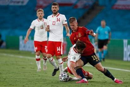 Dani Olmo trata de eludir a un jugador polaco durante el España-Polonia (1-1) disputado en La Cartuja el pasado 19 de junio.  / ALEJANDRO RUESGA