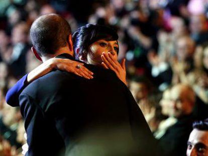 Marian Álvarez, ganadora del Goya a mejor actriz por 'La herida', se abraza al director de la cinta, Fernando Franco.