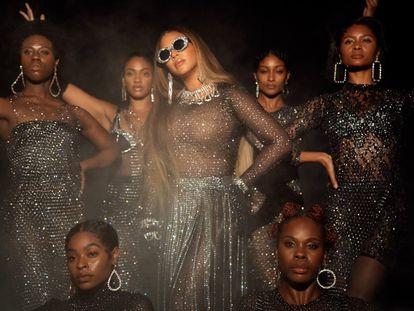 Beyoncé, en el centro, en una de las imágenes de 'Black Is King'.