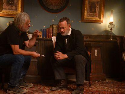 Paul Greengrass habla con Tom Hanks en el rodaje de 'Noticias del gran mundo'