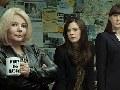 Joanna Scanlan, Elaine Cassidy y Alexandra Roach, en una imagen promocional de 'No Offence'.