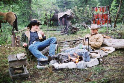 Los actores Jake Gyllenhaal (izquierda) y Heath Ledger, en un fotograma de la película 'Brokeback mountain'.