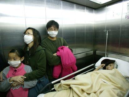 Visitantes en el hospital Príncipe de Gales de Hong Kong llevan mascarillas para protegerse del virus en una imagen tomada el 14 de marzo.