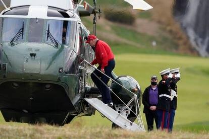Donald Trump aborda el 'Marine One' para volver a la Casa Blanca tras jugar al golf en Sterling, este jueves.