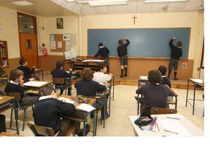 Aula del colegio masculino Erain, en Irún (Guipúzcoa), presidida por un crucifijo.