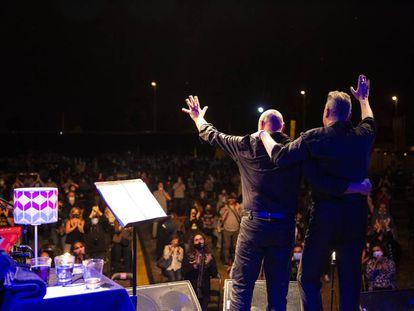 Loquillo, a la derecha, y Gabriel Sopeña, saludan al público durante su concierto en Torrelavega, Cantabria, el pasado 13 de agosto.