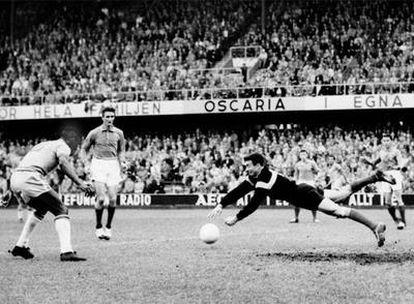 Pelé marca el tercer gol de Brasil en la semifinal contra Francia.