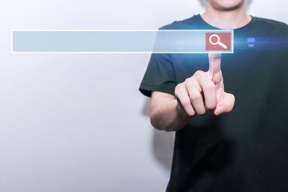 Un joven realiza una búsqueda en una pantalla digital.