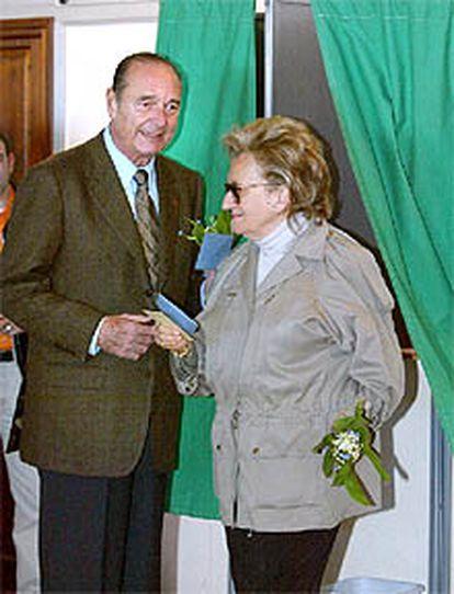Jacques Chirac, junto a su mujer, Bernadette, en el colegio electoral.