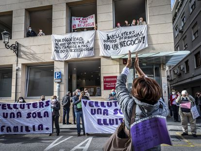 Los familiares de los residentes del centro de mayores de Velluters durante una protesta a finales del año pasado tras conocer la adjudicación a la firma francesa SAR.