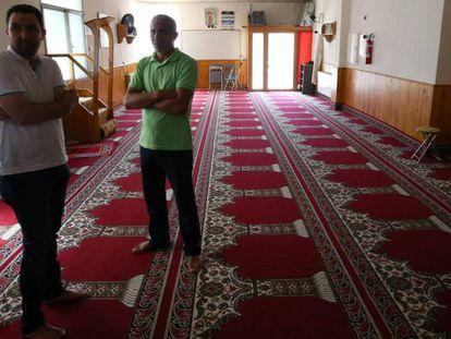 El presidente de la comunidad islámica Annour de Ripoll, Ali Yassine (a la izquierda), y su portavoz, Hamid Barbach, en la mezquita donde predicaba Es Satty. En vídeo, los detenidos que quedaron en libertad, acuden a la comisaría este lunes.