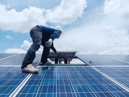 Tras una estimación del ahorro que va a suponer el cambio, la instalación no representa mucho tiempo ni dificultad. Los ingenieros adaptan las placas solares al tejado de la vivienda.