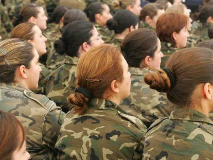 Mujeres militares durante un acto en la base de El Goloso (Madrid) en febrero de 2018.