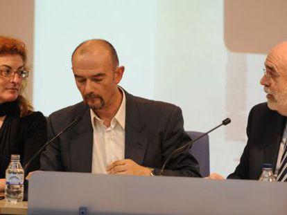 Pagazaurtundua, el moderador del debate, José Antonio Pérez, y Loza, ayer durante las jornadas.