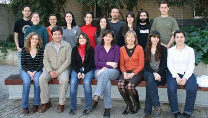 La catedrática de Biología Celular Isabel Fariñas, sentada en el centro, con su equipo.