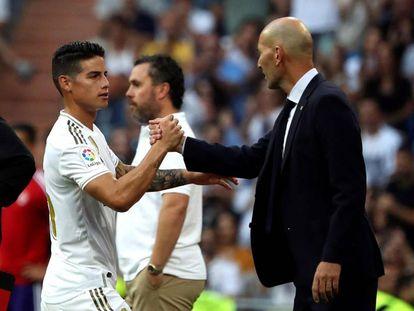 James saluda a Zidane tras ser sustituido en el segundo tiempoo del partido entre el Real Madrid y el Valladolid.