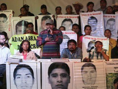 Melitón Ortega, padres de uno de los desaparecidos, al centro.