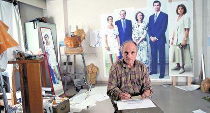 Antonio López, en su estudio ante las fotos de la familia real en 1995.
