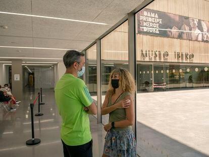 Una mujer espera tras ser vacunada en el Museo Ibero de Jaén, convertido en punto de vacunación contra la Covid.