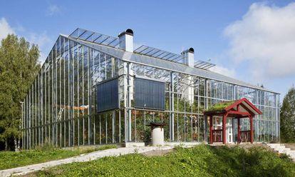 Naturhus, en Saltsjöbaden (Estocolmo) es un invernadero que envuelve una casa de madera, creando un clima mediterráneo en su interior. |