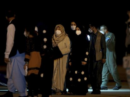 Un grupo de afganos llega a la base aérea de Torrejón de Ardoz el 19 de agosto de 2021.