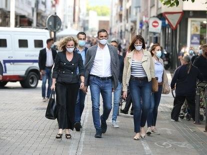 El presidente del Gobierno, Pedro Sánchez y la candidata a lehendakari del PSE-EE, Idoia Mendia (a su derecha), a su llegada a un acto en la Plaza de los Fueros de Vitoria.
