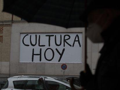 """La fachada de La Casa Encendida con el lema """"Cultura hoy, futuro mañana""""."""