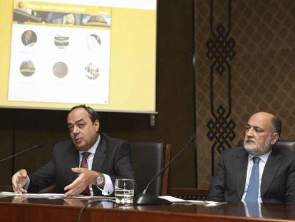 Pérez de los Cobos, a la derecha, junto al secretario general del Constitucional, Andrés Gutiérrez.