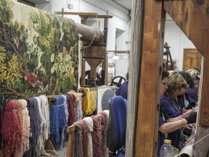 Varias trabajadores tejiendo en la Real Fábrica de Tapices en julio de 2015.
